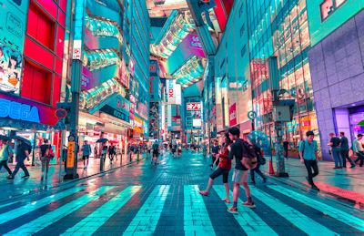 Luci al neon nella notte di Shibuya