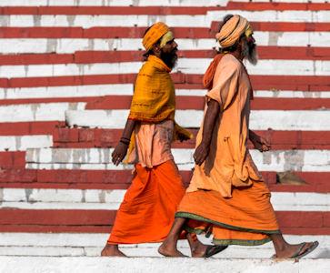 Due sikh a Varanasi su scalinate bianche e rosse