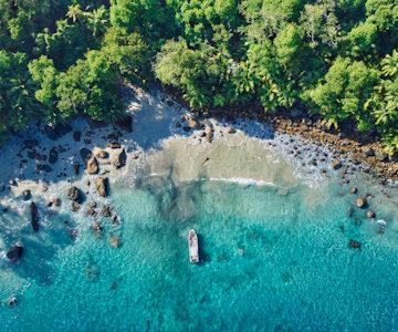 Una linea di costa caraibica dall'alto