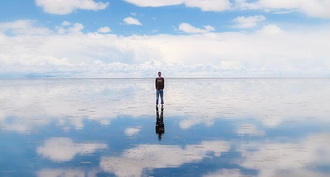 Deserto di sale e acqua che riflette il cielo