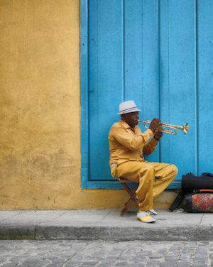 Uomo che suona la tromba a Cuba