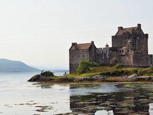 Castello scozzese su lago